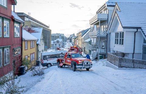VESTREGATA: Det er ikke første gang beboerne får biler i husveggen.