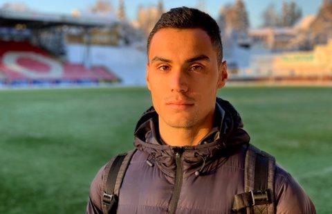 I KULDEN: Brayan Rojas trente først i fem bitende minusgrader på Alfheim torsdag, før han snakket med Nordlys om et år i Tromsø som har vært vanskelig både på og utenfor fotballbanen.