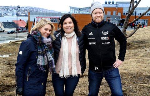 GIR SEG IKKE: Reinen IL, ved styremedlem Silja Eriksen (t.v.), anleggsansvarlig Heidi Johnsen og sportslig leder Tom Høgli, kjemper videre for en ny fotballhall i bydelen på fastlandet, til tross for et kommunalt avslag før jul.