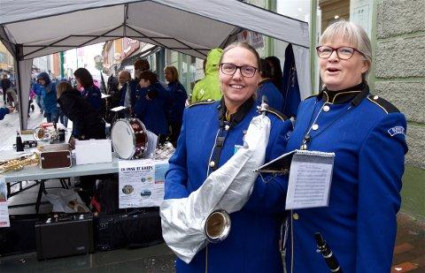 ILDSJELER: June Malnes og Merete Postmyr er med i Borgtun musikkorps. Lørdag var de med da det frivillige Tromsø mobiliserter for å vise frem aktivitetene sine. Foto: Ola Solvang