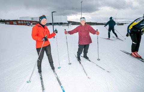 AVSTAND: Liselotte Rapp og Nita Vorren holder trygg avstand til hverandre og andre i lysløypa i Tromsø.