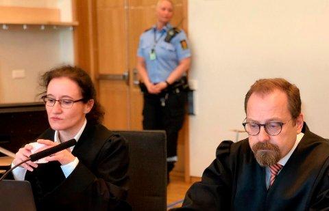 I RETTEN: Politiadvokat Stine Melbye Sørensen, her avbildet sammen med statsadvokat Tor Børge Nordmo, har påtaleansvaret for utpressingssaken i Tromsø. Tirsdag ble en 50-årig kvinne fremstilt for varetektsfengsling i Nord-Troms tingrett.