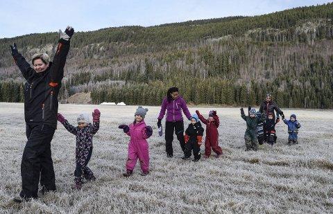 UT PÅ TUR: I Nordsinni barnehage er det                   «ut på tur aldri sur» som gjelder. Her er en gruppe 3- og 4-åringer i avdeling Skogvang på utflukt med pedagogisk leder Rønnaug Bjerke som veiviser.Foto: Sæmund Moshagen