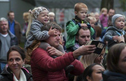Barnas dag: Søndag på Gjøvik-Marken var som vanlig viet de yngste besøkende som tydeligvis likte det de var med på.