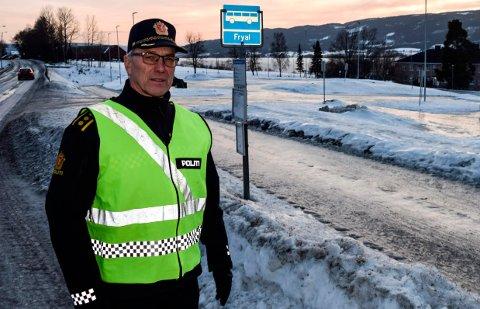 TRAFIKKSIKKERHET: - Det er prisverdig at kommunen har brukt ti millioner kroner på økt trafikksikkerhet ved skoleanlegget, men en får ikke full uttelling for investeringen før alle som trafikkerer området følger det kjøremønsteret som er meningen, sier en oppgitt lensmann Ole Bjerke.