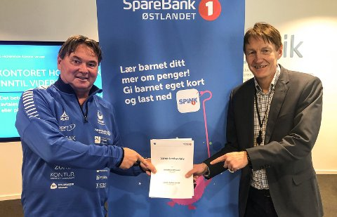 Nestleder i Gjøvik HK, Steffen Csirmaz (t.v.), og banksjef Anstein Ludvigsen i Sparebank1 Østlandet har underskrevet en ny sponsoravtale..