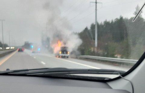 BRANN: En bil begynte å brenne på E6 ved Follotunnelen søndag ettermiddag.