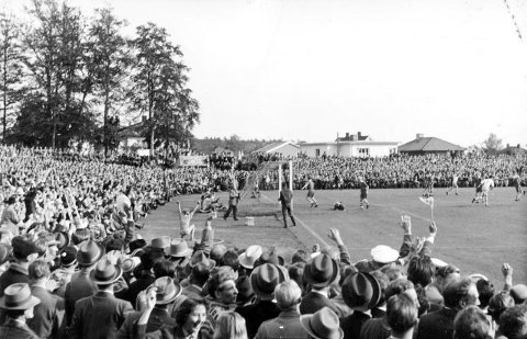 Hele 17.000 tilskuere overvar kvartfinalekampen mellom Larvik Turn og Fredrikstad 23. september 1956. Her har nettopp Gunnar Thoresen utliknet til 1-1. Fortsatt er Larvik Turn for mange synonymt med fotballaget på 50-tallet.