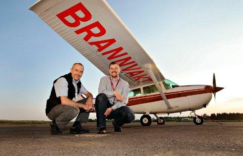 BRANNVAKTFLYET: Egil Rønning (t.v) og Espen Otterstad var i fjor to av de frivillige som satt bak spakene om bord i brannvaktflyet. Lørdag stiger flyet igjen til værs over Vestfolds skoger.