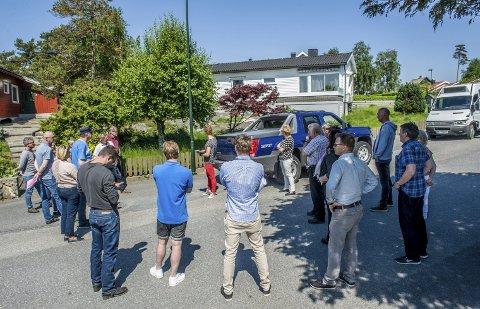 Befaring: Rundt 15 naboer og gjenboere, i tillegg til utbyggerne, hadde møtt fram da Planutvalget var på befaring i Franklinveien 14 i går. Foto: Bjørn Jakobsen