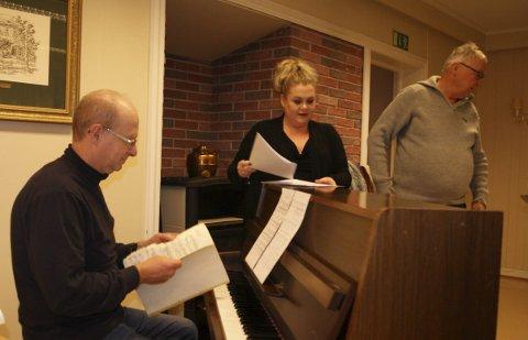 Solist: Solisten Maria Merete Trøen Amundsen, akkompagnert av kantor Vidar Høyer og dirigert av Torstein Ruud.