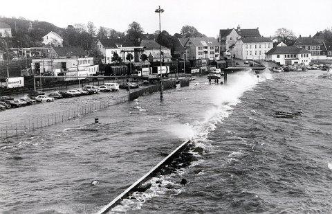 STORMFLO. 16. og 17. oktober 1987 hadde vi den verste stormflo på år og dag i Larvik-distriktet. Bildene er fra fergeområdet i Larvik og småbåthavna i Stavern.