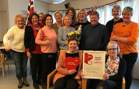 SERTIFISERT: Livsgledegruppa påYttersølia og virksomhetsleder Ken Andersen fikk beviset fra Larvik kommune på at de er et livsgledehjem.