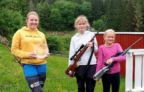 GLADE JENTER: Fra venstre Kaja Eriksen Sauherad JSK, Marte Granli Hedrum JFL, Emine Rønneberg Lardal JFL