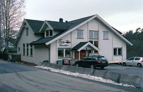 PARKERINGSNEKT: Larvik kommune er grunneier for Torsøy grendehus, men grendelaget fester eiendommen. Og nå nekter grendelaget politikerne å bruke parkeringsplassen under mandagens kyststibefaring.