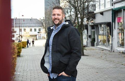 LYS TIL JUL: Innbygger Tobias Hofsøy har sammen  med flere tatt et initiativ for å få julelys i Larvik.