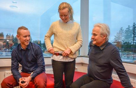 MÅLER AKTIVITET: Ingeborg Bart Vedøy med måleren som eleven skal gå med i ei uke for å måle all aktivitet. Patrick Foss Johansen (t.v.) og veileder Knut Skulberg.