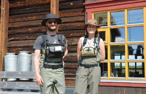 6 ÅR PÅ RAD: Patrick Anderson har vært på fiskeferie ved Telstad gård i 6 år nå, her sammen med Anna Kulginova.