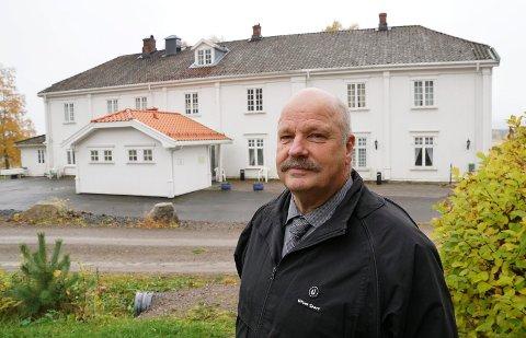 I GANG:  Brannsikringen på Sønsterud gård starter i løpet av de nærmeste dagene, forteller prosjektleder i Åsnes kommune, Terje Skymoen.  Det er overnattingsrommene i andre etasje som skal brannsikres for nærmere tre millioner kroner.