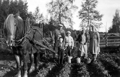 HVERDAGSSLIT: Løten historielag utgir Lautin for 45. gang, blant annet med historier fra Sjøligrenda.