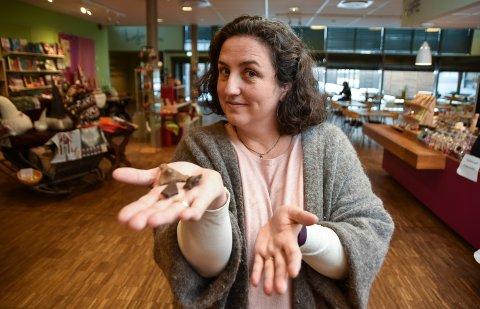 PARANORMAL FANGST: Laila Bækkevold med de tre metallgjenstandene som dukket opp da Paranormal 24 besøkte Glomdalsmuseet under «Skummel uke».