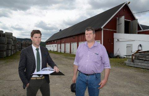 NY EIER: Kjell Erik Kordahl, her sammen med sin advokat, Helge Hartz, kjøpte garden i fjor. Nå må han selge den igjen hvis saksøker Oddbjørn Smørbøl kan reise den summen tingretten fastsetter han må betale.