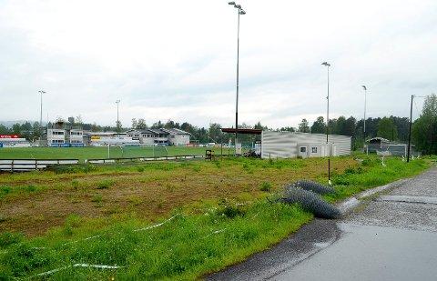 BLIR PARKERINGSPLASS: Det lille grøntområdet bak tribunen på Sentralidrettsplassen skal bli parkeringsplass i løpet av sommeren. (Foto: Bjørn-Frode Løvlund)