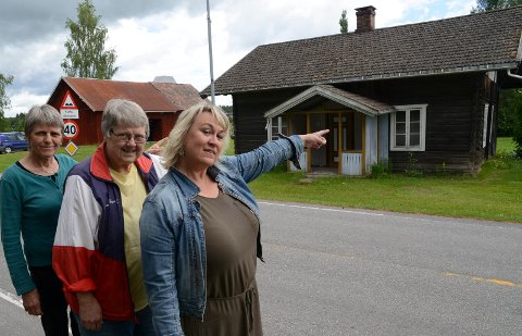 MÅ BRUKES: – Kirkelund må tas i bruk til noe, er disse tre kvinnene enig om. Fra høyre kultursjef Cathrine HAgen, Gunhild Grønvold i Våler Historielag og Gunhild Ullerud.