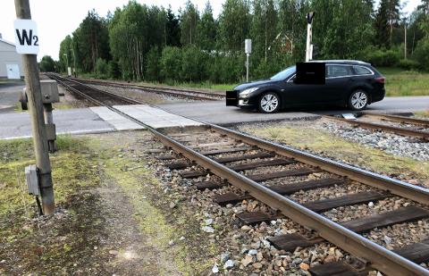 SLALÅM: Føreren av denne bilen blir anmeldt av Bane Nor etter at vedkommende kjørte slalom mellom bommene. 50 meter unna var et tog i gang med å kjøre.