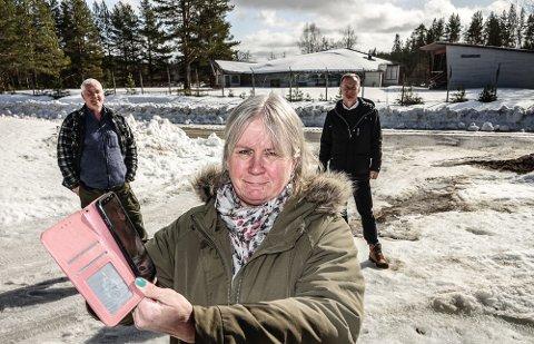 NYTT HÅP:  Anne- Britt Myrvold i Gravberget, Odd Fylling i Risberget, bak til venstre, og næringssjef Arild Lande i Våler kommune, har fortsatt håp om bedring av mobildekningen i Finnskog-grendene i Våler.