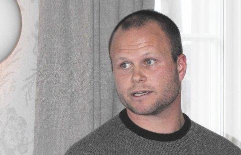Christian Hagstrøm lager brosjyre om reglene for sjøørretfiske.