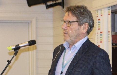 VEISTENGING: Prosjektdirektør Magne Ramlo i Nye Veier sier at det fortsatt blir omkjøringstrafikk gjennom Ørviksletta og over Breviksbrua denne sommeren også. Nåværende E18 åpnes igjen i september.