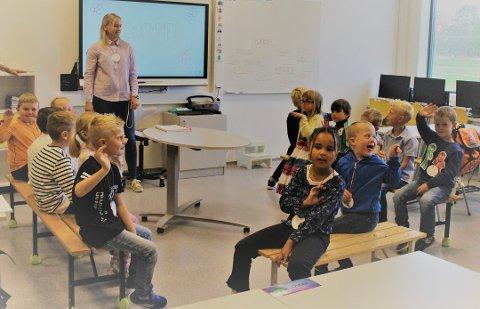 Tallenes tale: Rakkestad kommune bruker nesten 90 millioner kroner i året på undervisning. Her ser vi 1. klassingene på Kirkeng skole.  Arkivfoto