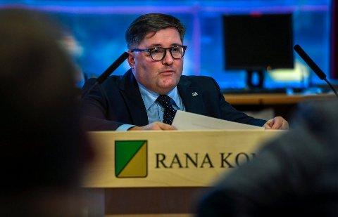 Høyres ordførerkandidat Gaute Larsen utfordrer ordføreren og rådmannen til å få orden i barnevernet i Rana. - Situasjonen bekymrer meg, sier han.