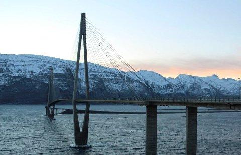 En kvinne ble banket opp av sin samboer oppå Helgelandsbrua i fjor sommer. Nå er mannen dømt til fengselsstraff.