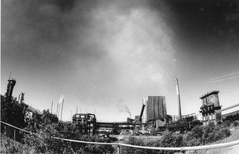 Fortiden til Mo i Rana var rød. Nå snakker alle om bærekraftige løsninger, om nye industrier, om hvordan det grønne skiftet skal gjennomføres, om lavutslippsteknologier, om hvordan sikre et så lavt karbonavtrykk som mulig, skriver sjefredaktør Marit Ulriksen i Ukeslutt.