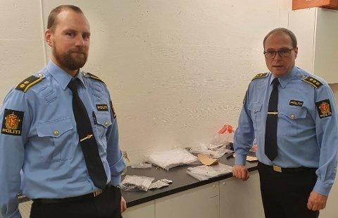 Politikontakt Thomas Johansen (t.v.) og lensmann Tom Giertsen med beslaget.