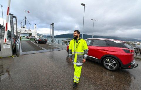 Leonard Rabeti jobber som matros på MF Røsund. Han merker at folk i ferjekøen er frustrerte.