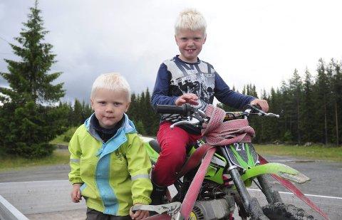 TEAM AMUNDSEN: Birk (3) og Trym (7) Høgset Amundsen er hekta på motocross.