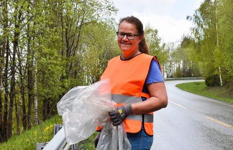 FAST RUTE: Anne Dehli Jevnesveen har allerede rydda Brøttumsbakkene flere ganger i år, sist 16. mai. – Det finnes alltid ny søppel, forteller hun.