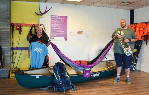 POPULÆRT: Heidi Tangen og Per Raymond Løland hos BUA Ringsaker forteller at det er hengekøyer og kano som har vært utlånsfavoritten i sommer.