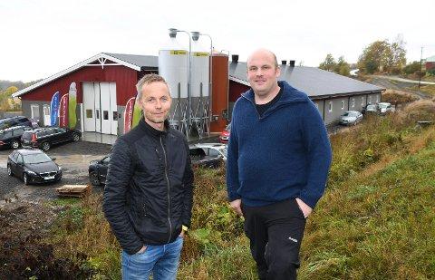 Nytt fjøs: Simen Littmann Lunde (t.h.) kunne fredag åpne dørene til sitt splitter nye grisefjøs på Helgøya. Her ser vi 35-åringen sammen med Hans Trøstheim i Fjøssystemer.