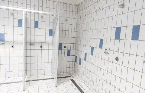 Tidene forandrer seg, nå vil folk ha mer privatliv. Også i det offentlige rom. På Ringeriksbadet har man åpne dusjer, og dusjer med skillevegger, samt et eget avlukke hvor man kan være helt for seg selv.