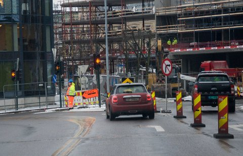 Manuell dirigering i lyskrysset ved Samfunnshuset. Arnemannsveien stengt for trafikk.