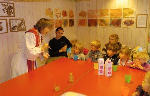 Biskop Laila Riksaasen Dahl besøker Nedre Auren gårdsbarnehage på Knestang i Haug