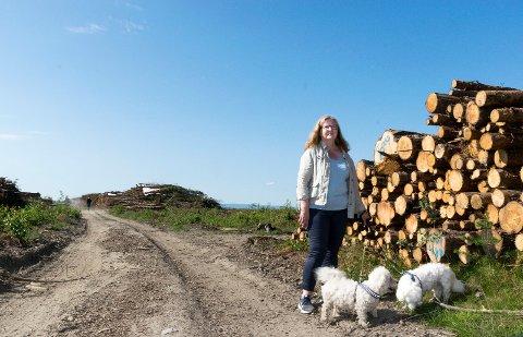 SKOGEN BORTE: Elin Hurum (57) reagerer på at skogen på Børdalsmoen ble hogd midt i hekketiden og mens nye dyreunger ble født.