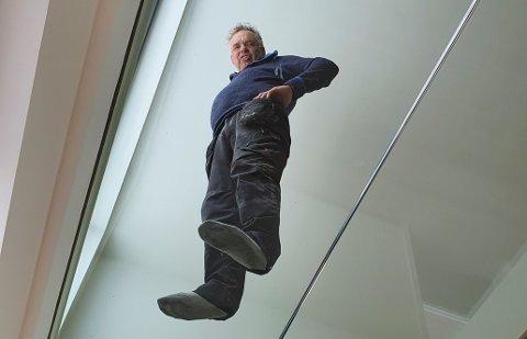 GRENDA: Byggmester Jan Ole Jørgensen svever over andre etasje.