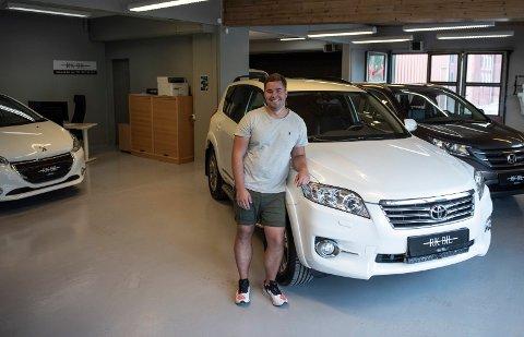 Fornøyd: RK-Bil AS er på plass i nye lokaler på Hensmoen, og Remi Kjelland er fornøyd med å slippe å måtte vaske bilene hele tiden.