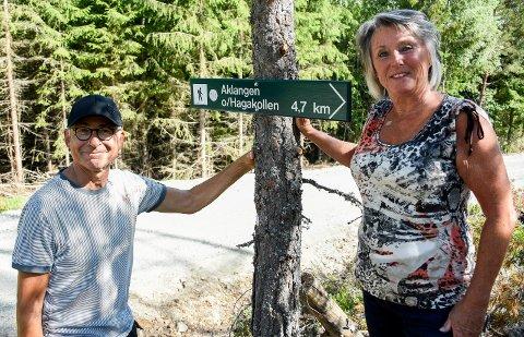 SKILTING: Dette skiltet viser veien til Aklangen fra Mastedalsveien. Tor Bjerke og Nita Vørner Bjerke har satt opp nok et skilt som viser vei i Holleia.