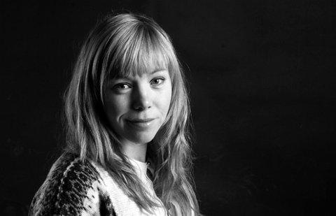 Anmeldelse av Elisabeth Johnsen, kulturjournalist i Romerikes Blad.